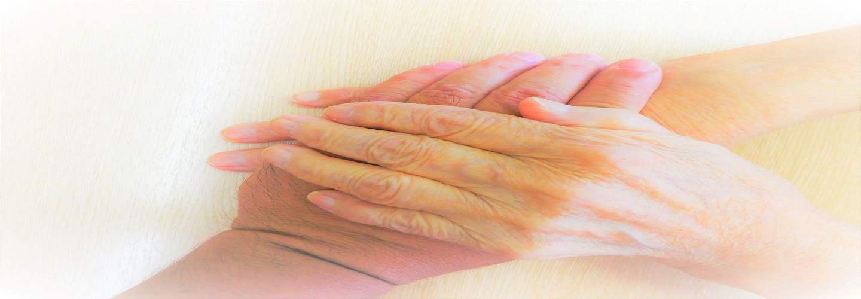 利用者の手と職員の手